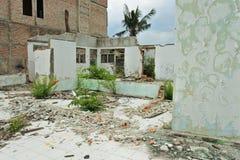 Geruïneerd en beschadigd verlaten huis Stock Afbeelding