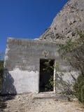 Geruïneerd huis onder een rots Stock Foto