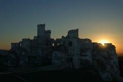 Geruïneerd kasteel bij zonsondergang Stock Foto