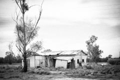 Geruïneerd neer en verlaten landbouwbedrijfhuis die - zwart-wit vallen stock afbeeldingen
