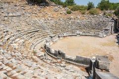 Geruïneerd theater van de oude stad van Priene in Turkije stock afbeeldingen