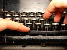 Geruïneerd toetsenbord met handen Royalty-vrije Stock Fotografie