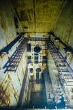 Geruïneerd voorwerp, verlaten sovjetbunker, vroegere reservecommandopost van de Vloot van de Zwarte Zee stock fotografie