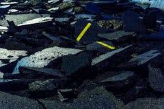 Geruïneerd wegdekking, gebarsten en vernietigde asfalt Stock Afbeeldingen