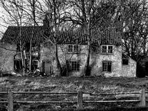 Geruïneerd zwart-wit huis, Stock Afbeeldingen