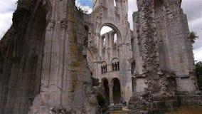 Geruïneerde achterbuitenkant van abdij van Jumieges, Normandië Frankrijk, SCHUINE STAND stock footage