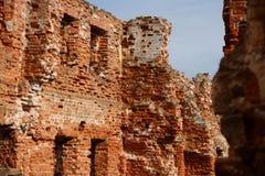 Geruïneerde bakstenen muur Royalty-vrije Stock Afbeeldingen
