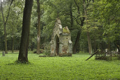 Geruïneerde begrafeniskluis op groen gras Royalty-vrije Stock Afbeeldingen