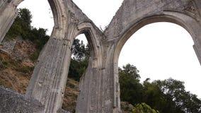 Geruïneerde buitendetails van priorij van Beaumont le Roger, Normandië Frankrijk, PAN stock videobeelden