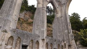 Geruïneerde buitendetails van priorij van Beaumont le Roger, Normandië Frankrijk, SCHUINE STAND stock video
