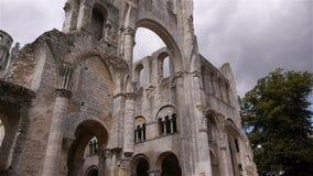Geruïneerde buitenkant van abdij van Jumieges, Normandië Frankrijk, schuine stand stock videobeelden