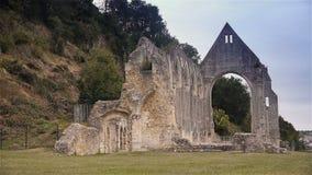 Geruïneerde buitenkant van priorij van Beaumont le Roger, Normandië Frankrijk stock footage