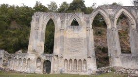 Geruïneerde buitenkant van priorij van Beaumont le Roger, Normandië Frankrijk, PAN stock video