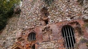 Geruïneerde buitenkant van priorij van Beaumont le Roger, Normandië Frankrijk, SCHUINE STAND stock videobeelden