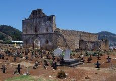 Geruïneerde kerk en begraafplaats. royalty-vrije stock afbeelding