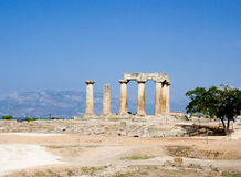 Geruïneerde kolommen van oude tempel in corinth Griekenland royalty-vrije stock afbeeldingen