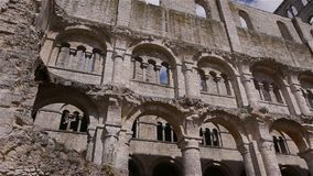 Geruïneerde muren van abdij van Jumieges, Normandië Frankrijk, PAN stock video
