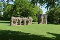 Geruïneerde muur en duiventil van middeleeuwse abdij Stock Afbeeldingen
