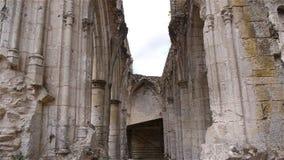 Geruïneerde muurdetails van abdij van Jumieges, Normandië Frankrijk, SCHUINE STAND stock videobeelden
