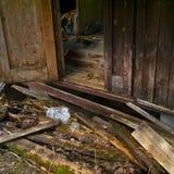 Geruïneerde portiek van oud verlaten huis royalty-vrije stock afbeeldingen