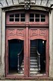 Geruïneerde stappen achter de deur Stock Foto