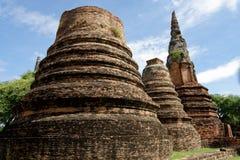 3 geruïneerde stupa stock afbeelding