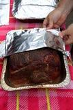 Geräucherter gebratener Schweinebraten für das gezogene Schweinefleisch, das in der Folie eingewickelt wird Stockfotos