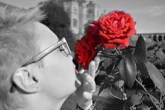 Geruchfrauengläser Rose rotes Leben der roten Lippen Stockfotos