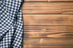 Geruit servet op houten lijst Stock Fotografie