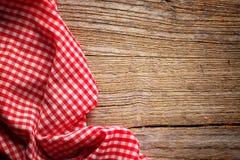 Geruit tafelkleed op hout Stock Fotografie