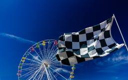 Geruit Vlag en Ferris Wheel Against Blue Sky Royalty-vrije Stock Foto's