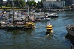 Geruit Water Taxis op het oriëntatiepuntwaterkant van Victoria, Victoria Stock Fotografie