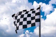 Geruite banner die op blauwe hemel en wolken golven royalty-vrije stock foto