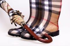 Geruite rubberlaarzen en paraplu royalty-vrije stock afbeelding