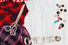 Geruite stoffen, schaar, knopen en metende band, exemplaar SP Royalty-vrije Stock Foto's