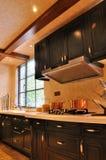 Geräumige Küche mit Fenster Stockfotos