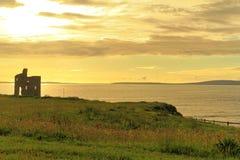 Geruïneerd kasteel op klippen van Ballybunion in Kerry, Ierland Stock Foto