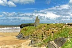 Geruïneerd kasteel op klippen van Ballybunion in Kerry, Ierland Royalty-vrije Stock Fotografie