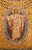Gerusalemme - il mosaico di Cristo resuscitato sul soffitto della chiesa luterana evangelica dell'ascensione fotografia stock libera da diritti