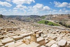 Gerusalemme - il outllok sopra il cimitero ebreo sul monte degli Ulivi con l'abbazia di Dormition Fotografia Stock Libera da Diritti