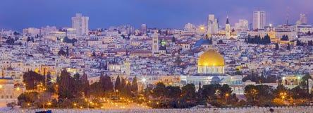 Gerusalemme - il panorama dal monte degli Ulivi alla vecchia città al crepuscolo Immagine Stock