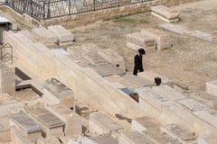 GERUSALEMME, ISRAELE - 27 febbraio 2017 - ebreo che prega al cimitero ebreo del monte degli Ulivi Immagini Stock Libere da Diritti