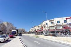 Gerusalemme, Israele - 19 febbraio 2017 Le automobili guidano lungo la strada principale situata accanto alle pareti di vecchia c immagine stock