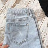 Gesäßtasche Jeans auf einem hölzernen Hintergrund stockfoto