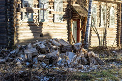 Gesägte Stämme von Bäumen für Spaltungsbrennholz Stockfotografie