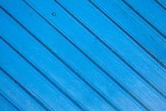 Gesättigter blauer hölzerner Dielenenhintergrund mit Sprüngen lizenzfreies stockfoto