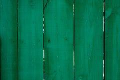 Gesättigter dunkelgrüner hölzerner Dielenenhintergrund mit Sprüngen stockbild