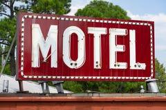 Gesättigter Rot verlassener Neonmotel-Zeichen-städtischer südlicher Platz lizenzfreie stockfotografie