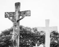 Gesù concreto sull'incrocio al cimitero Fotografia Stock Libera da Diritti