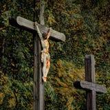 Gesù sull'incrocio e su un altro incrocio Fotografia Stock Libera da Diritti
